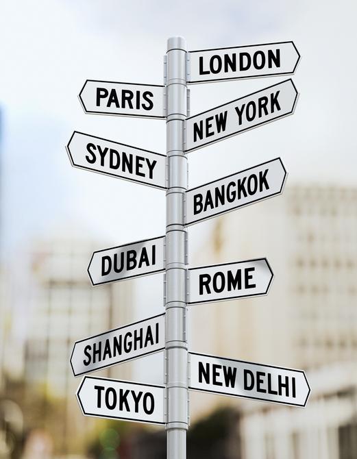 交通表示板行先はロンドン、パリ、ニューヨーク、シドニー、ドバイ、バンコック、ローマ、ニューデリー、東京、シンガポール